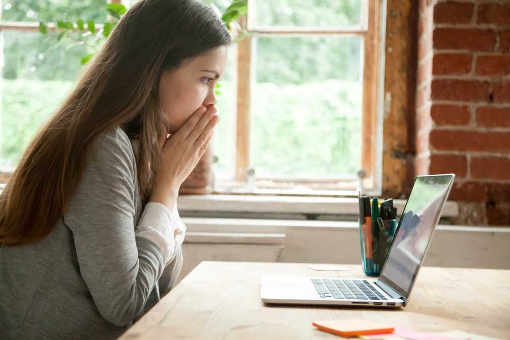negative article online seen by young lady